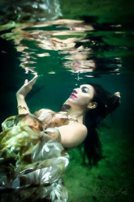 calm-modeling-for-underwater-photoshoot.jpg